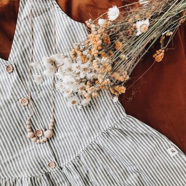 Produktfoto: Leinenkleid mit Holzknöpfen, Details