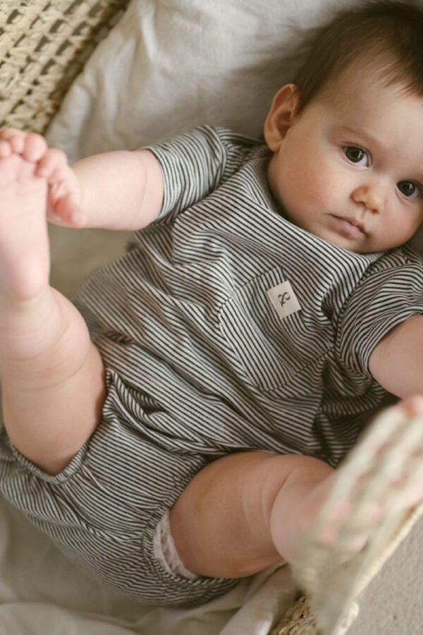 Babyhöschen mit Streifen