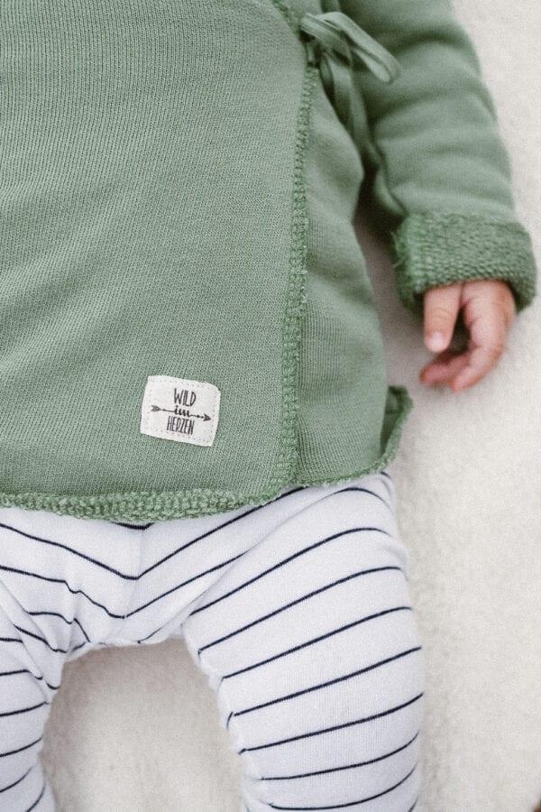 Tragebild: Wrap Cardigan in der Farbe olive, Details