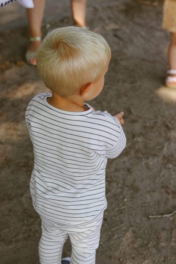 Tragebild: Longsleeve gestreift (weiße breite Streifen, dunkelblaue schmale Streifen)